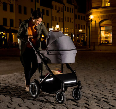 //www.britax-roemer.pl/dw/image/v2/BBSR_PRD/on/demandware.static/-/Library-Sites-BritaxSharedLibrary/default/dw8e612829/Features/WheeledGoods/Feature-WG-3MReflectors.jpg?sw=400&sh=400&sm=fit